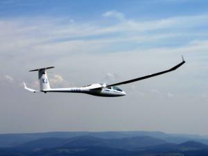 dg1000-fliegend-von-rechts-hinten